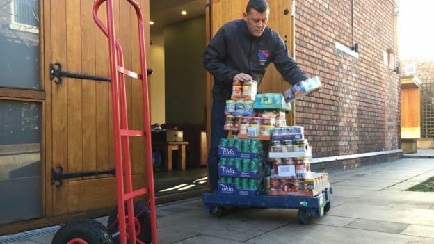 تصویر مسلمانان لیورپول در ایام کریسمس به بانک های غذا کمک رسانی کردند