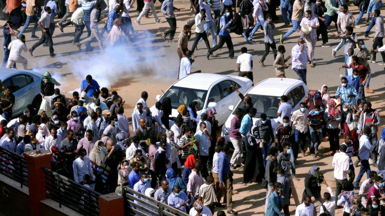 تصویر پلیس سودان با گلوله جنگی تظاهرکنندگان را متفرق کرد