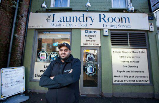 تصویر جوان مسلمان انگلیسی خدمات رایگان رختشویی به بی خانمان ها می دهد