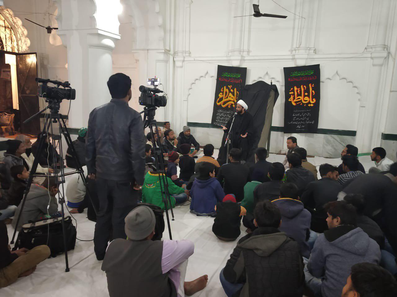 تصویر برگزاری عزاداری ایام فاطمیه توسط دفتر آیت الله العظمی شیرازی در شهر لکهنوی هند