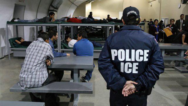 تصویر به مرد مسلمان بازداشتی در اداره مهاجرت آمریکا، گوشت خوک خورانده شد