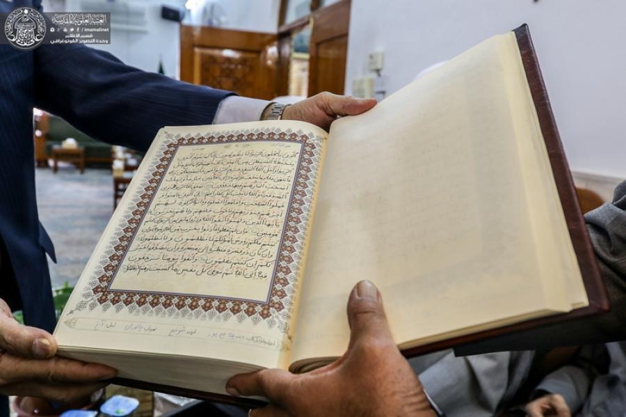 تصویر اهدای قرآن نوشته شده به خط سوادآموزان سالمند به آستان علوی