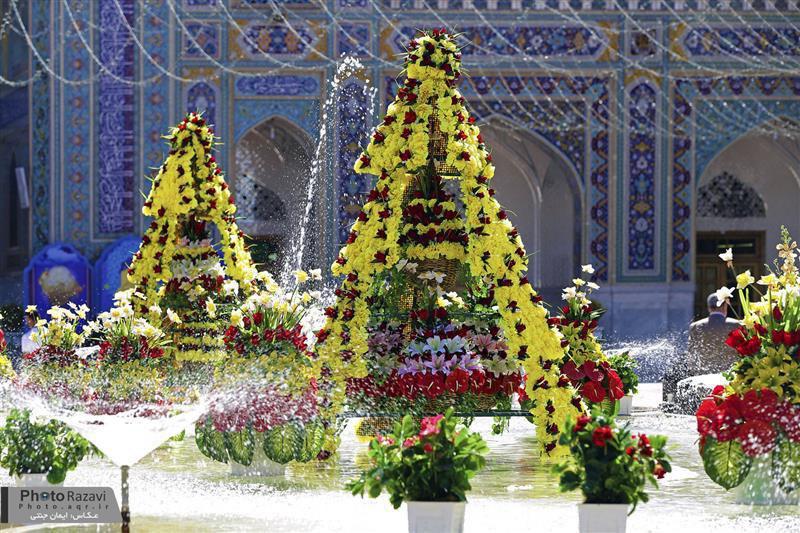 تصویر گلآرایی ویژه حرم امام رضا علیه السلام در آستانه ولادت امیرالمومنین با ۲۰۰ هزار شاخه گل