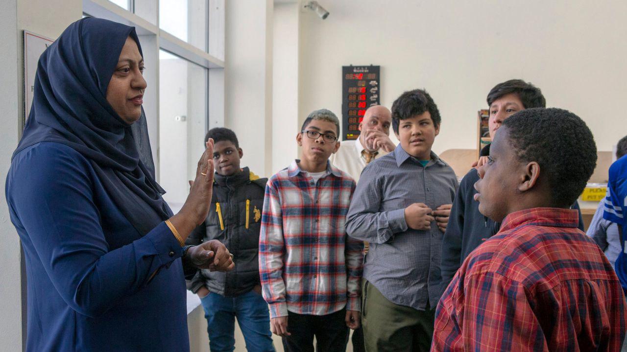 تصویر دانش آموزان مدرسه لانگ آیلند به بازدید از مسجد رفتند