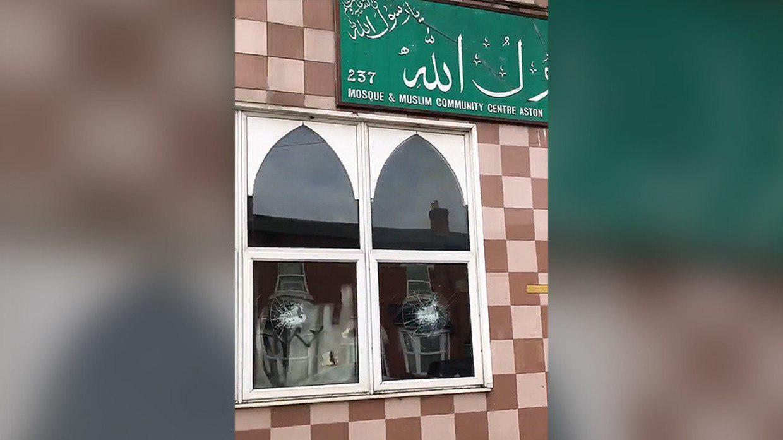 تصویر بازداشت دو مظنون در ارتباط با حمله به مساجد انگلیس
