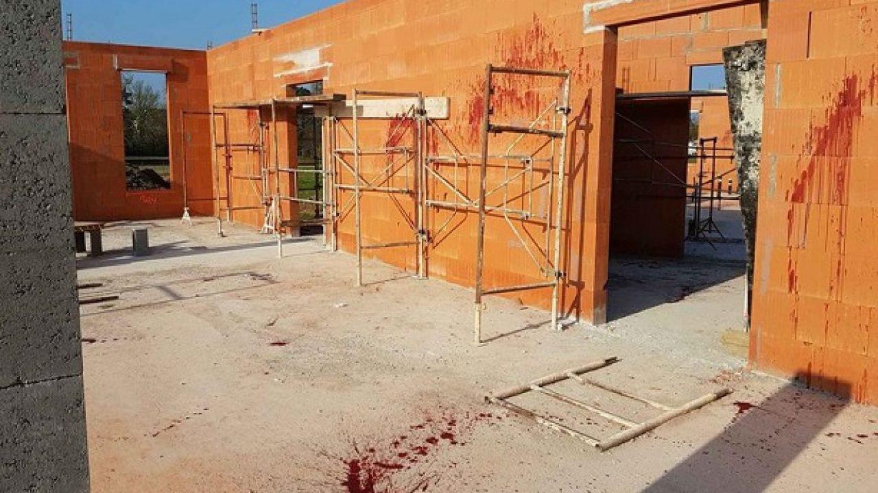 تصویر بی حرمتی به مسجدی در فرانسه با خون و سر خوک