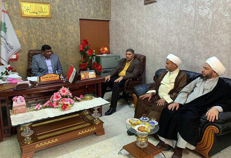 تصویر بازدید اعضای یکی از دفاتر مرجعیت شیعه از مراکز آموزشی دیوانیه عراق