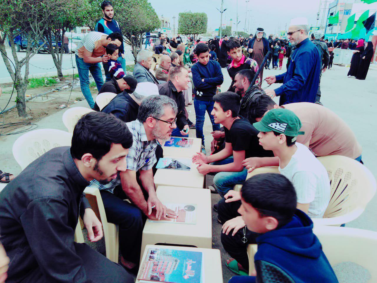 تصویر فعالیت ایستگاه های قرآنی در مسیر عزاداران امام کاظم علیه السلام