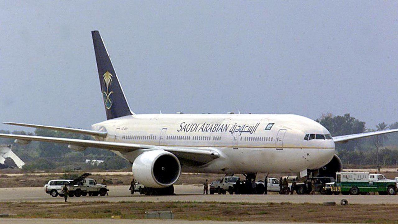 تصویر ورود اولین پرواز عربستان سعودی به نجف اشرف پس از 29 سال