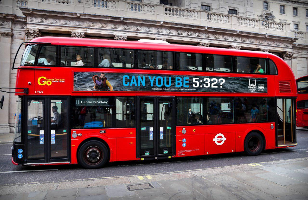 تصویر آیه ۳۲ سوره «مائده»، درخواستی که بر روی اتوبوس های بریتانیا نقش بست
