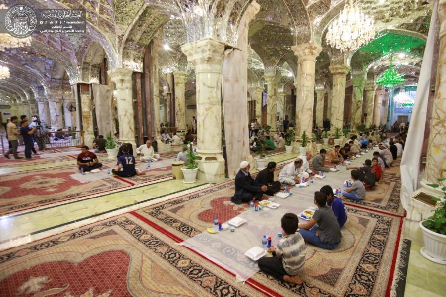 تصویر سفره افطار حرم امیرالمومنین علیه السلام برای بیش از ۱۰ هزار زائر روزه دار