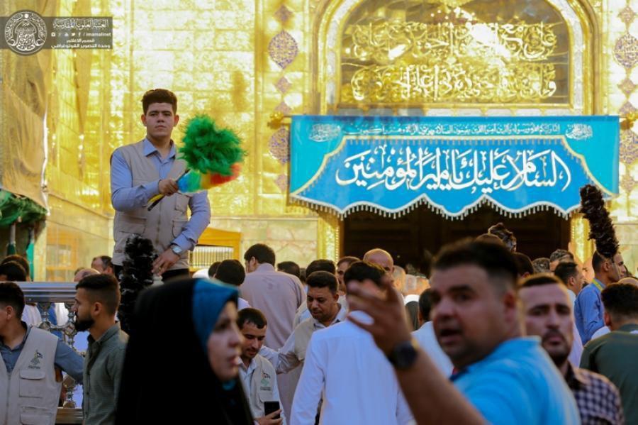 تصویر خادمان افتخاری در خدمت زائران حرم امیرالمومنین علیه السلام در ماه رمضان عظیم