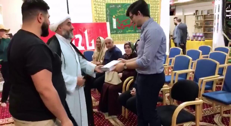 تصویر تشرف جوان مسیحی به دین اسلام در سومین گردهمایی بزرگ مجموعه رسانه امام حسین علیه السلام