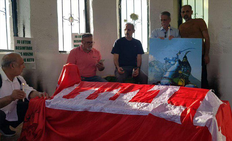 تصویر تشرف اعضای حسینیه رسول اعظم لندن به مقام حضرت عباس علیه السلام در آلبانی
