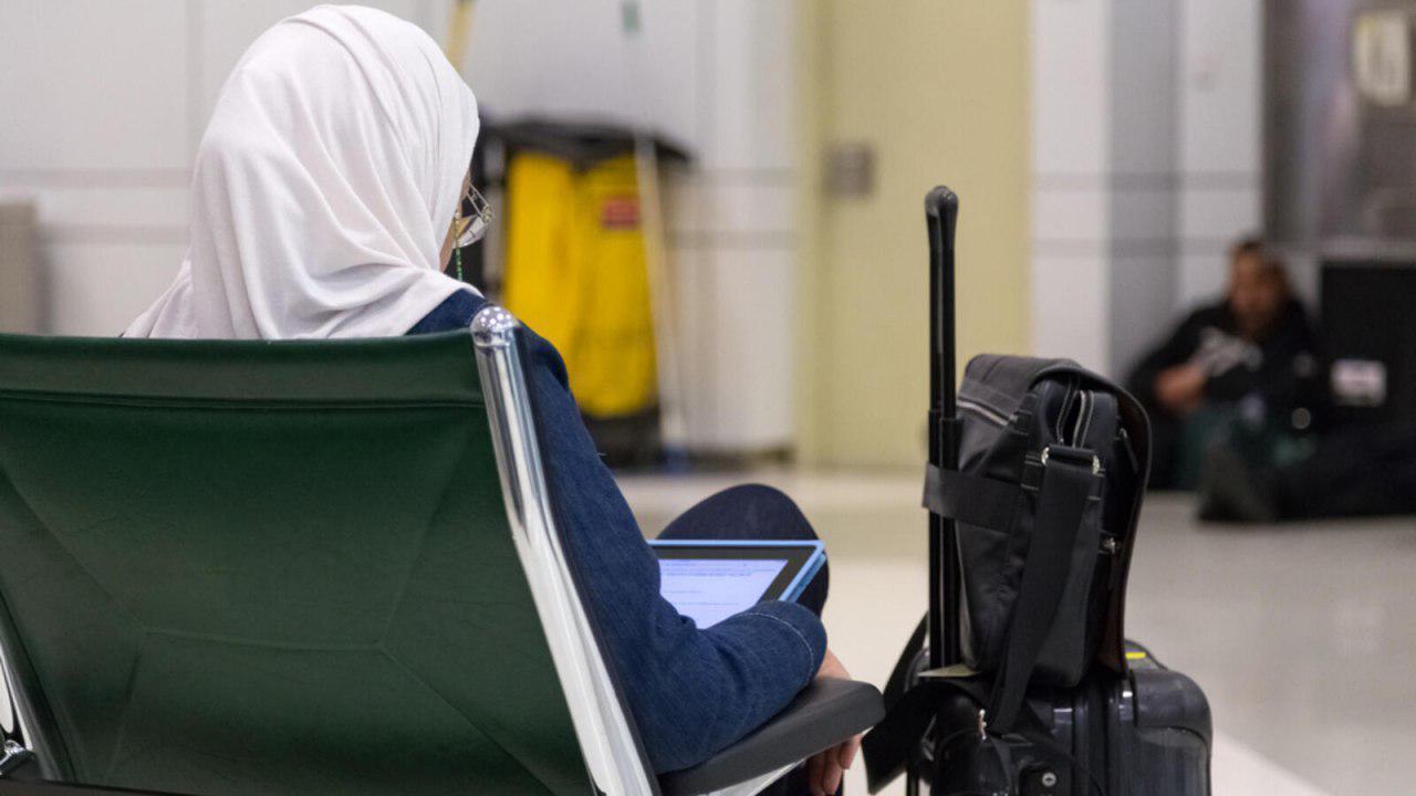 تصویر ماموران فرودگاه ژوهانسبورگ زن مسلمان را مجبور به کشف حجاب کردند!