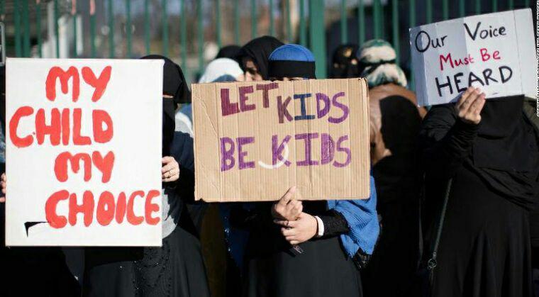 تصویر اعتراض خانوادههای مسلمان به آموزش و ترویج هم جنس گرایی به کودکان در انگلستان