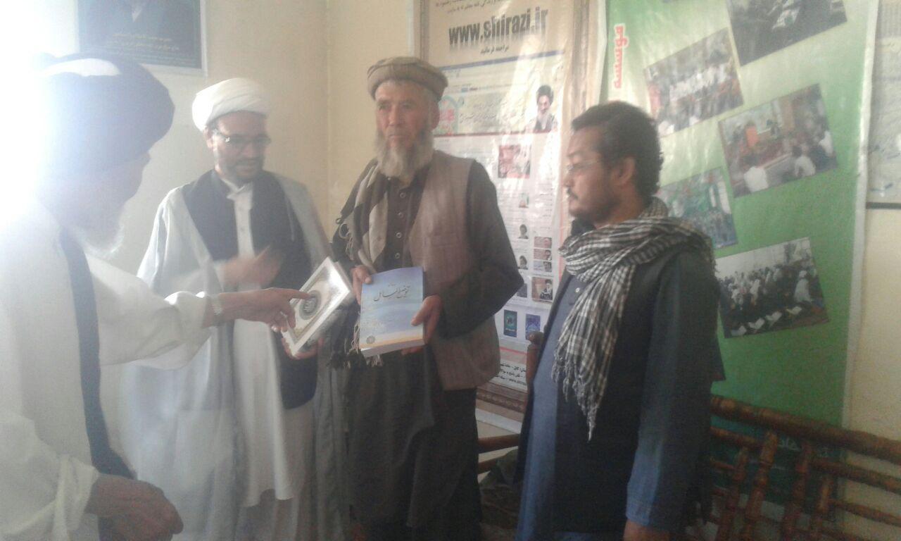 تصویر شیعه شدن اعضای یک خانواده در دفتر مرجعیت شیعه در کابل