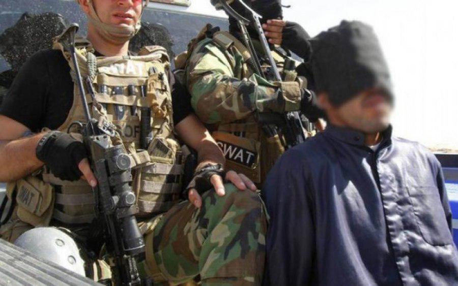 تصویر بازداشت یک داعشی با ۲۵۳ کتاب عقائد سنی های تندرو در بغداد