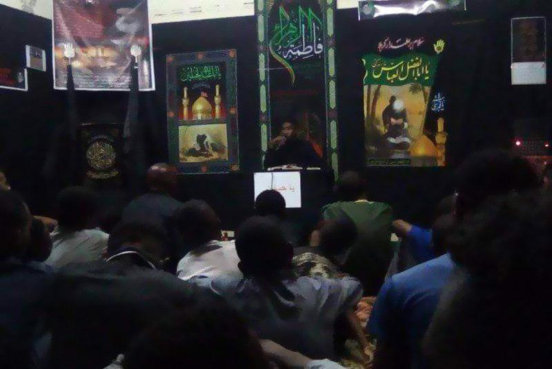 تصویر اهتزاز پرچم عزای حسینی بر فراز مؤسسه حضرت ام البنین سلام الله علیها در کشور ماداگاسکار