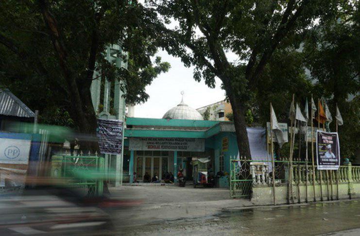 تصویر تلاش مهاجمان برای تخریب مسجد محلی در اندونزی با بیل مکانیکی