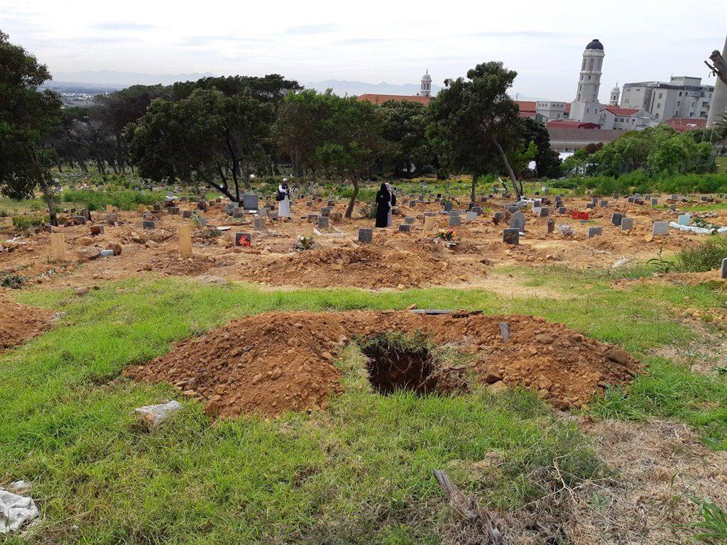 تصویر هتک حرمت به گورستان مسلمانان در کیپ تاون/۷۰ قبر تخریب شدند