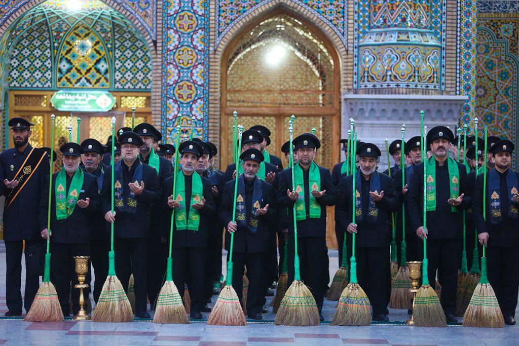 تصویر آیین جاروکشی حرم حضرت معصومه سلام الله علیها با حضور خادمان دیگر حرم های مقدس