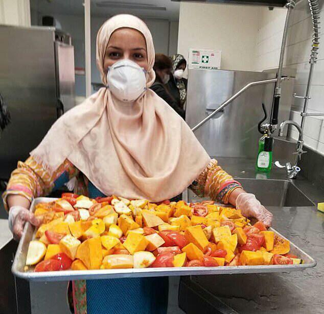 تصویر زنان داوطلب مسلمان در ملبورن در بحران کرونا به نیازمندان امدادرسانی میکنند