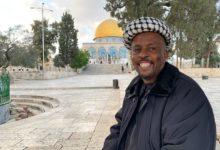 تصویر سفر جوان آفریقایی به بیت القدس با پای پیاده