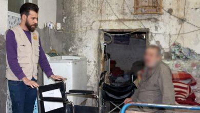تصویر اهدای ویلچر به معلولان نیازمند توسط هیئت فرهنگی صادقیه در بصره