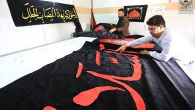 تصویر آماده شدن پارچه نوشته ها و بنرهای ویژه ایام فاطمیه در مسجد کوفه