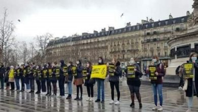 تصویر تجمع معترضان در پاریس علیه فروش سلاح به عربستان