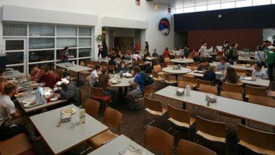 تصویر اعتراض دانشجویان کالج ابرلین به حذف غذای حلال از منو