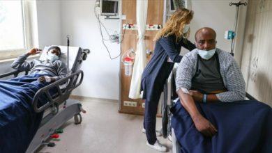 تصویر یونان پناهجویان را با دستبند به دریا میاندازد