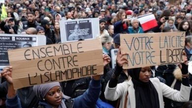 تصویر راننده مسلمان در فرانسه به خاطر نماز خواندن در محل کارش اخراج شد