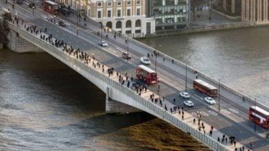 تصویر پخش صدای اذان مغرب و توزیع افطار روی پلی در مرکز لندن
