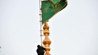 تصویر تعویض پرچم گنبد حرم مطهر حضرت معصومه سلام الله علیها همزمان با آغاز دهه رضویه