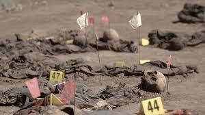 تصویر بیرون کشیدن قربانیان داعش از یک گور دسته جمعی در نینوا