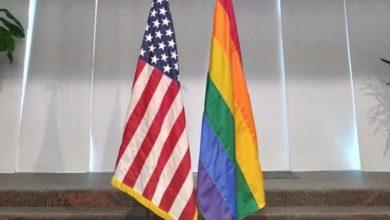 تصویر محکومیت نصب پرچم همجنس گرایان بر سفارت آمریکا توسط بحرینیها