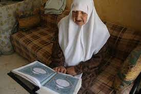 تصویر بانوی بیسواد ۷۵ ساله الجزایری حافظ کل قرآن شد