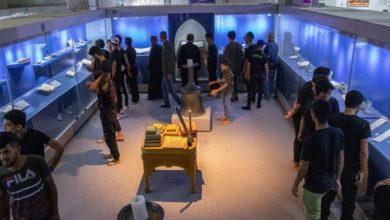 تصویر بازدید هزاران زائر از موزه اشیای نفیس و نسخ خطی الکفیل در اربعین