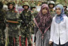 تصویر بازداشت زنان مسلمان بدلیل استفاده از واتساپ و جیمیل در چین