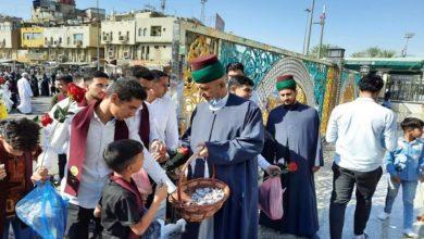 تصویر اهدای شاخه گل به زائران آستان مقدس عباسی