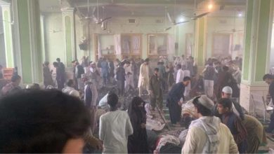 """تصویر فوری: چند انفجار تروریستی، نمازگزاران مسجد فاطمیه شهر """"قندهار"""" افغانستان را هدف قرار داد."""